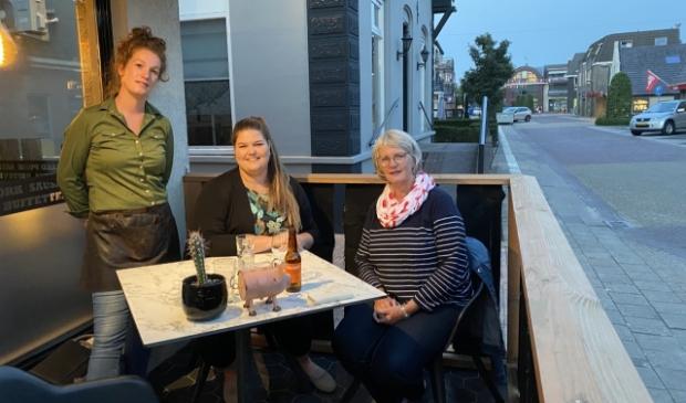 <p>Borrelen met Annemarie van de Brug en Gertine Elsenaar (rechts op de foto) van het CDA.</p>
