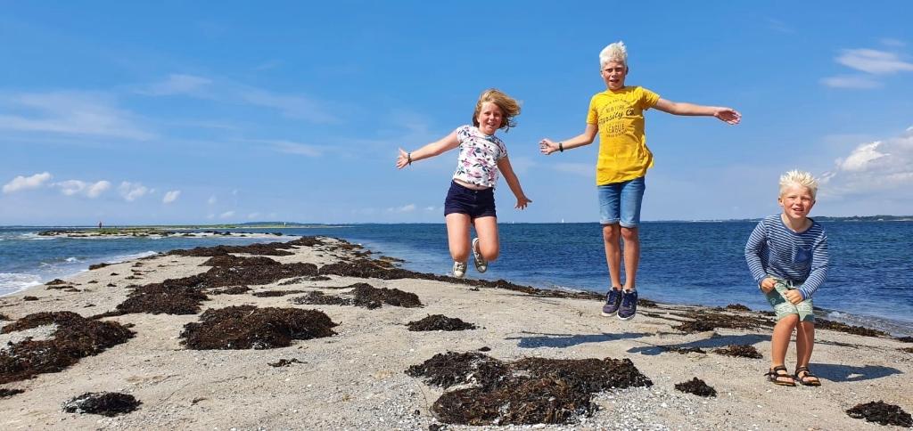 Deze foto is genomen op een klein eilandje (Skarø) in de Deense Oostzee. Daar hebben we afgelopen zomer gezeild. Op de foto zien we Fedde, Silke en Warre.  Hannemiek van de Kreeke © BDU media