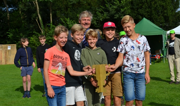 Team 11 mocht de wisselbeker in ontvangst nemen. Zij wonnen de prijs voor de allerstevigste hut, de goede samenwerking en sportiviteit. Mariëlle Tukker © BDU Media