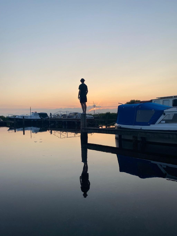 Onze zoon Thijs bekijkt de zonsondergang bij het haventje van Jutrijp (Friesland). Pauline vd Brink © BDU media