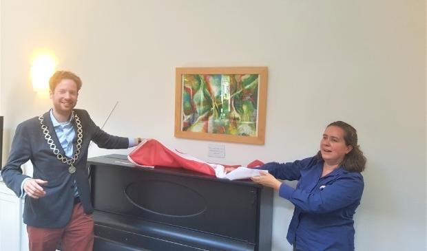 <p>Burgemeester Floor Vermeulen en kunstenares Lieselotte de Witte onthullen het schilderij in het Startpunt.</p>
