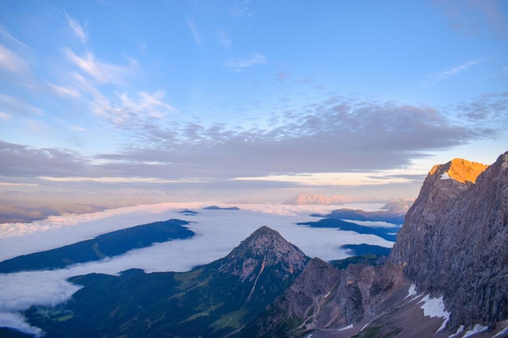 """,,Ik heb de foto begin deze maand gemaakt in Oostenrijk. Je ziet de zonsopgang in de bergen - een uitzicht dat om 04.00 uur opstaan in je vakantie een feestje maakt!"""" Lisanne van de Bunt © BDU Media"""