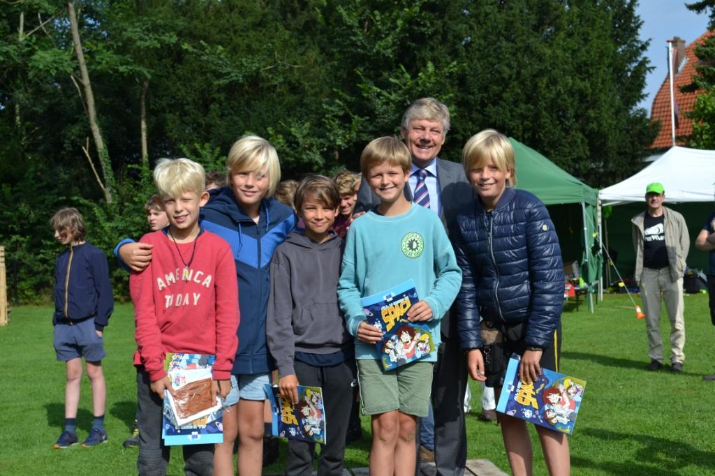 Team 3, 'de boefjes van het terrein', aldus organisatie, kregen een gedeelde eerste plaats uit handen van de burgemeester. Mariëlle Tukker © BDU Media