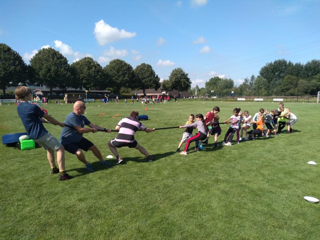De kinderen lieten de volwassenen bij de Rugbyclub The Pink Panthers zien hoe sterk ze waren.  Agnes Corbeij © BDU media