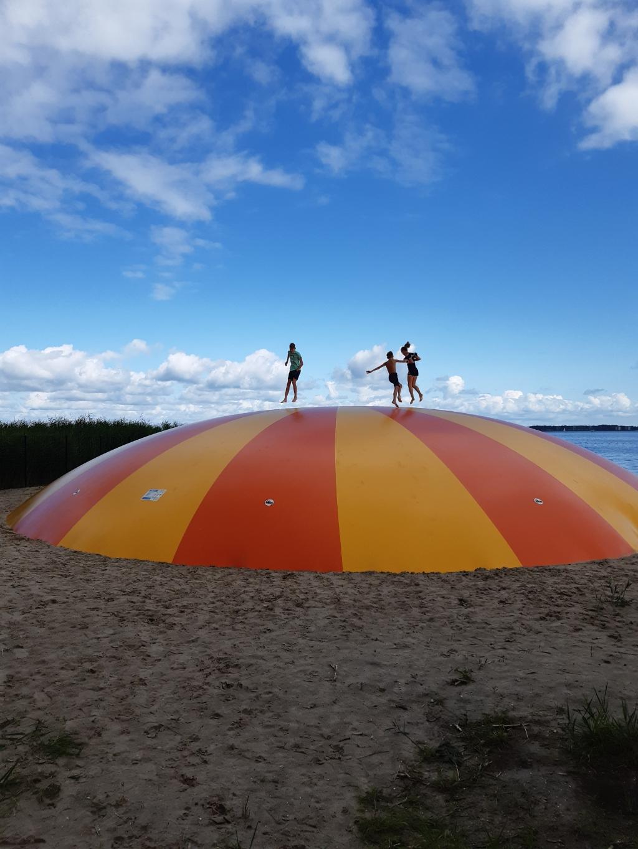""",,Op het strand van pretpark Oud Valkeveen in Naarden, genieten 3 kleinkinders op het springkussen, op maandag 2 augustus 2021."""" Familie van den Boom © BDU Media"""