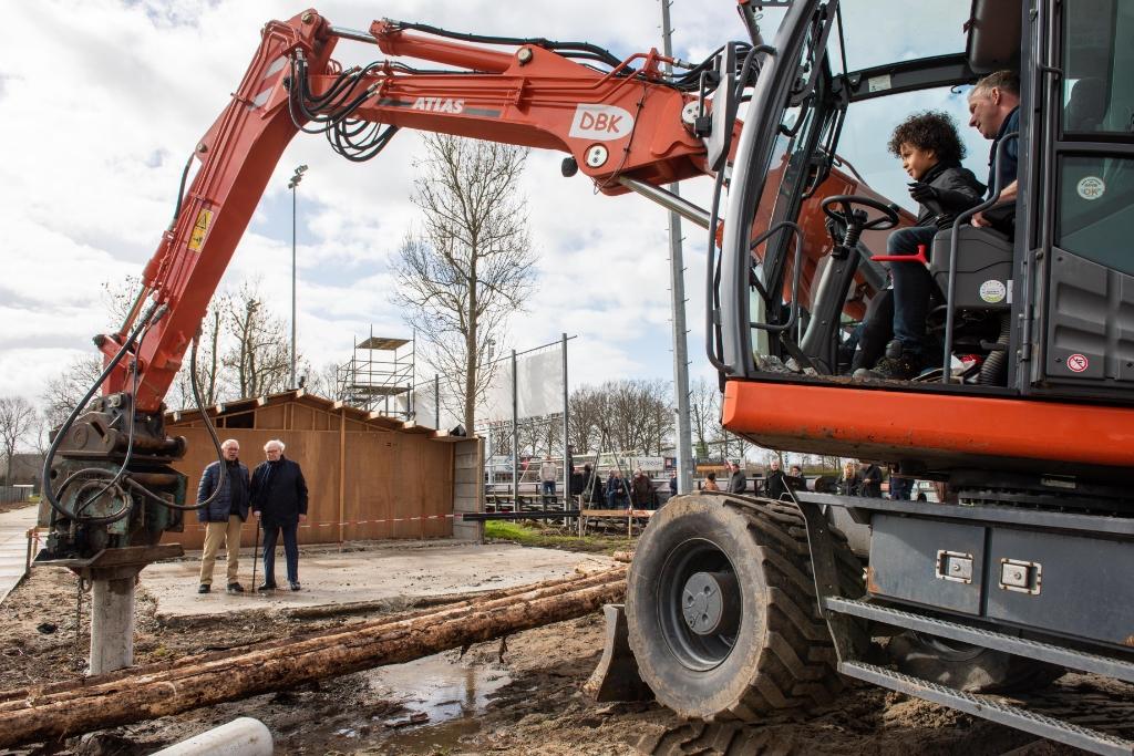 Eerst Paal voor de nieuwe kleedkamers bij Unitas Theo Bos © BDU Media