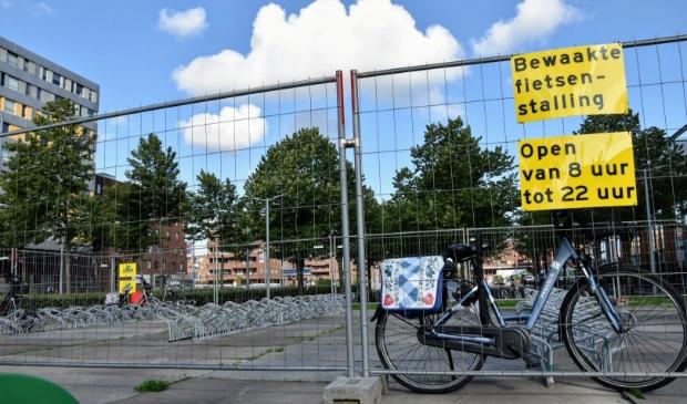 <p>Dinsdagochtend: er is veel ruimte om een fiets te parkeren in de tijdelijke stalling. &nbsp;</p>