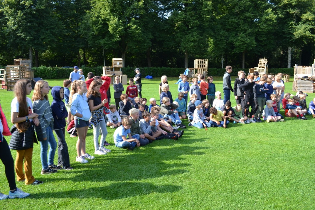 De kinderen wachten geduldig tijdens de prijsuitreiking. Mariëlle Tukker © BDU Media