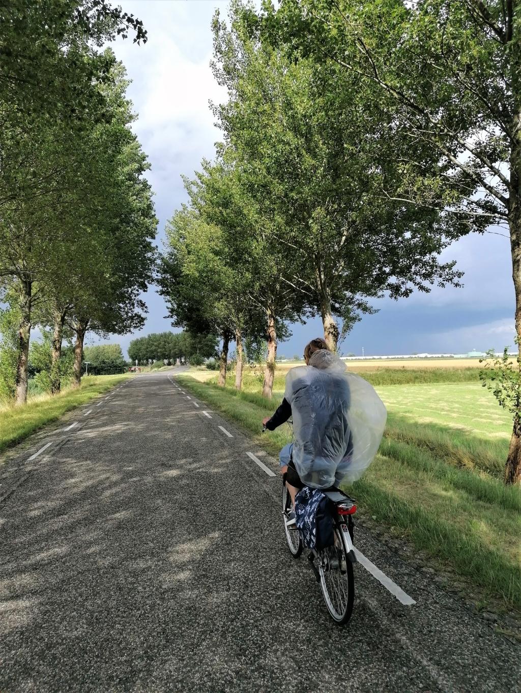 Deze foto is gemaakt op 8 augustus in Zeeland (Sint-Annaland).  Afgelopen zomer in ons prachtige Nederland was het vaak mooi weer, maar de dreiging van een stevige bui was nooit ver weg.  Mijn vrouw heeft een provisorische poncho, dat helpt wel, maar je wordt evengoed nog nat. Joost Pach © BDU media