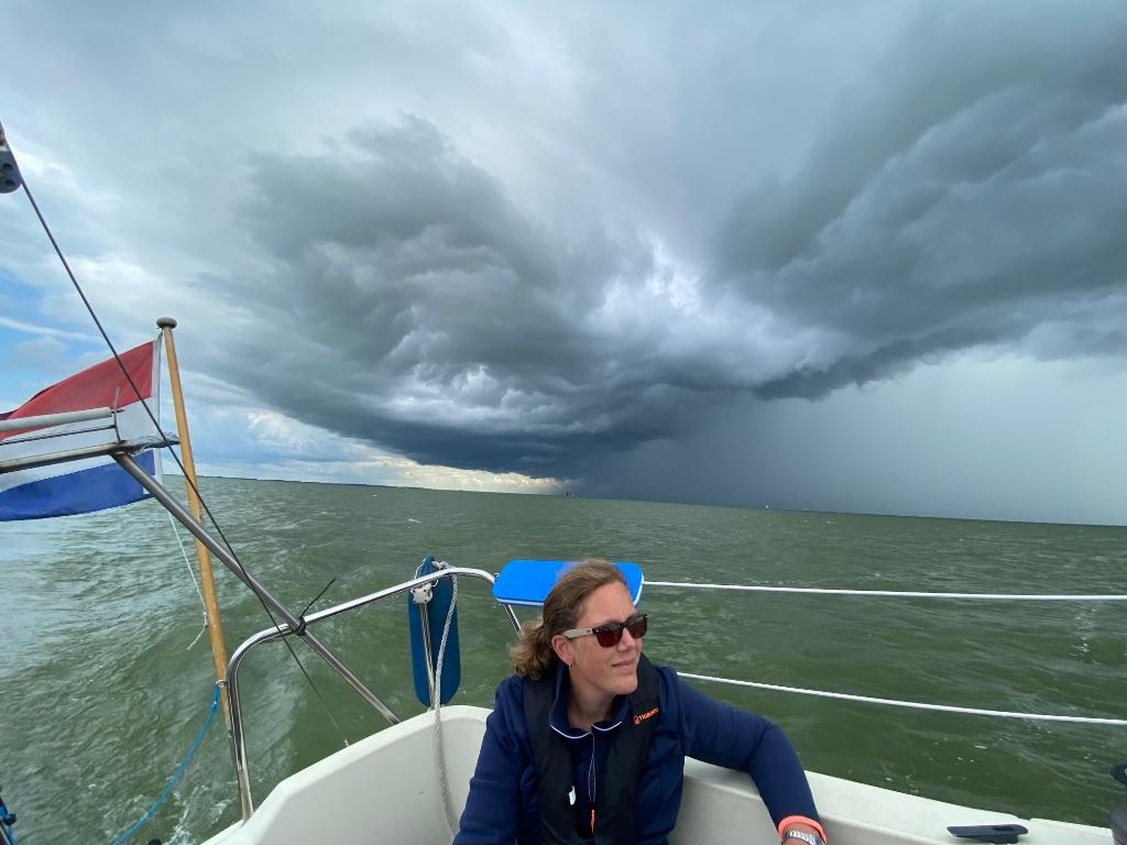 """,,Een IJsselstormfoto. We varen op onze zeilboot van Stavoren naar Enkhuizen midden over het IJsselmeer waarop de achtergrond een flinke onweerswolk aankomt."""" Robert van Leusen © BDU"""