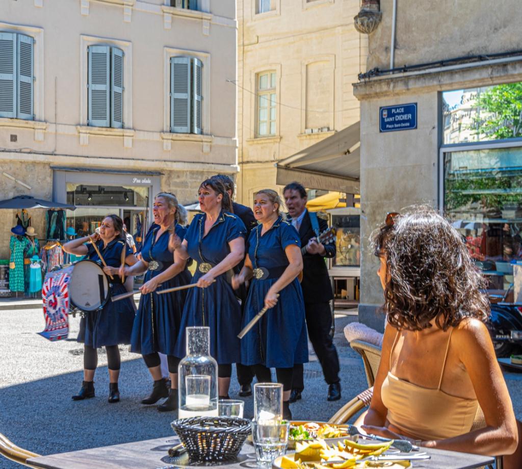 Tijdens een lunch in Avignon werden wij verrast met straattheater. Walter Attevelt © BDU media