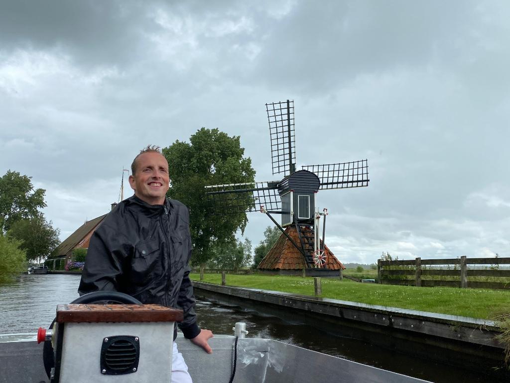 Jurriën Twente was op vakantie in Friesland met zijn gezin en met vrienden en zag uit naar het huren van een bootje op de prachtige Friese wateren.  Alleen kwam de regen met bakken uit de hemel en terwijl het hele gezelschap knus kon schuilen onder de overkapping, voer Jur ons met zijn positieve humeur naar beter weer!! Jurriën Twente © BDU Media