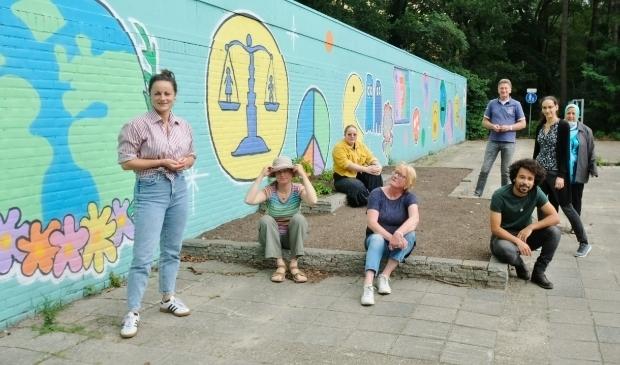 <p>Moestuinjuf Charlotte Verhoeve (tweede van links, met hoed) met de Groengroep Vollenhove.</p>