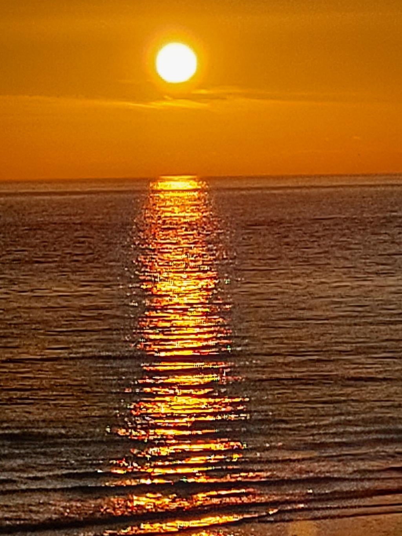 """,,Deze mooie zonsondergang heb ik op Ameland gefotografeerd."""" Joke van Donkelaar © BDU"""