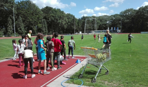 <p>De kinderen van de zomerschool in Soest waren ook actief bij atletiekvereniging Pijnenburg.</p>
