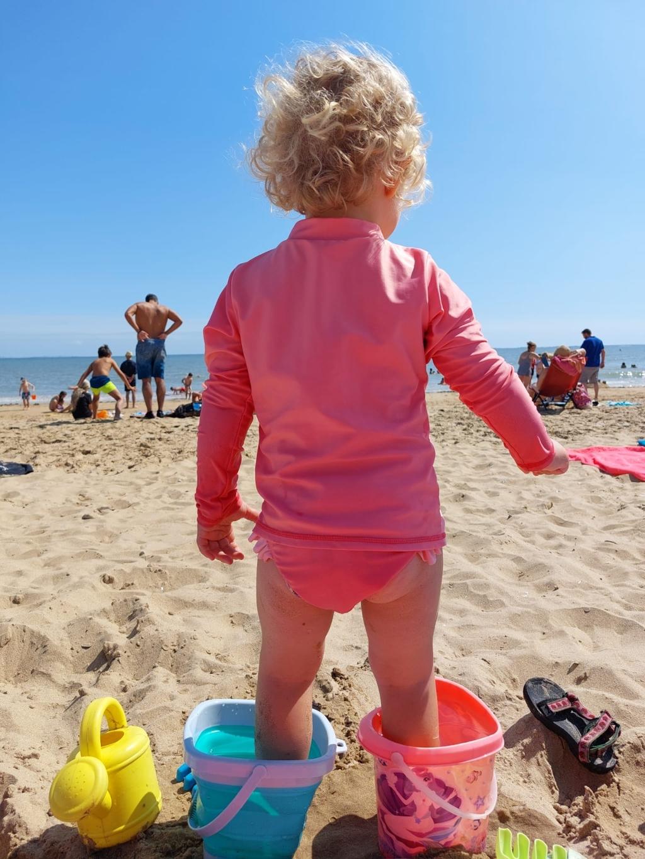 Deze foto is gemaakt in de Vendee, kleindochter Laura wilde geen zand aan haar voetjes. J.Veenendaal-Meilink © BDU media