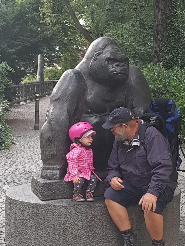 Annabelle met opa in de Berliner Zoo op 19 augustus 2021. Astrid Lokhorst © BDU