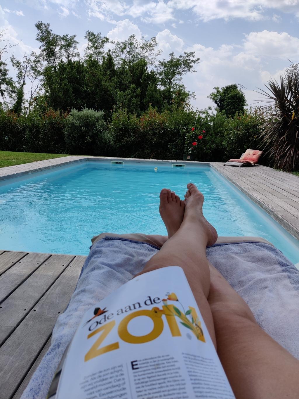 Relaxend met een tijdschrift bij het zwembad. Vence, Cote d'azur, Frankrijk. Juli 2021.   Linda Tolsma © BDU