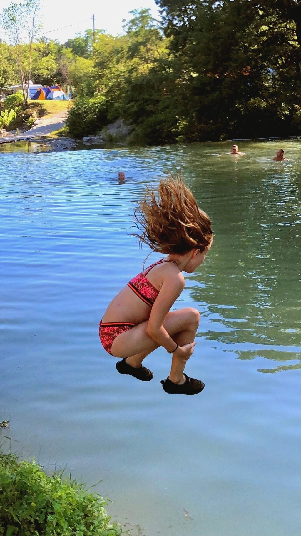 Kleindochter Nikki (9 jaar) waagt de sprong in het diepe. Tijdens de vacantie op de camping Les Arches in Frankrijk in de Ardèche. De rivier heet de La Claduegne en de foto is gemaakt op 6 augustus. Het was er wel erg warm, dus zo koel je wel lekker af. Pieter Ruijterlinde © BDU Media