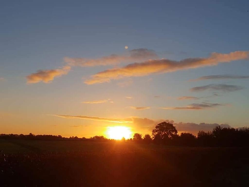 Deze foto is bij het Valleikanaal genomen, op dinsdag 29 juni. Ik ben er vroeg uit bed gegaan, om de zonsopgang te fotograferen. Ik doe dat geregeld, want fotograferen is mijn hobby, en de lucht, wolken, en de zon en natuur is waar ik wel een paar uur eerder voor wil opstaan. Is echt mijn passie en als ik daar dan sta in de ochtend kom ik even tot mezelf en wordt ik Zen (zon) en er is nog een planeet te zien, hoe bijzonder. Rianne Toornstra © BDU media