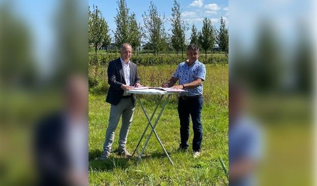 <p>Wethouder Kiel (links) en Gerrit Wernsen zetten onder stralende omstandigheden hun handtekening onder de overeenkomst die voor het bedrijf een even stralende toekomst moet inluiden.</p>