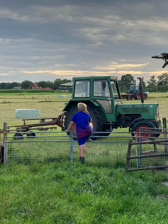 Op de foto is te zien hoe bij vele boeren het gemaaide gras tot balen werden geperst. Zo ook aan de Laapeerseweg in Leusden. Olivier kijkt vol aandacht, later wilt hij immers loonwerker worden. Christa van Egdom © BDU media