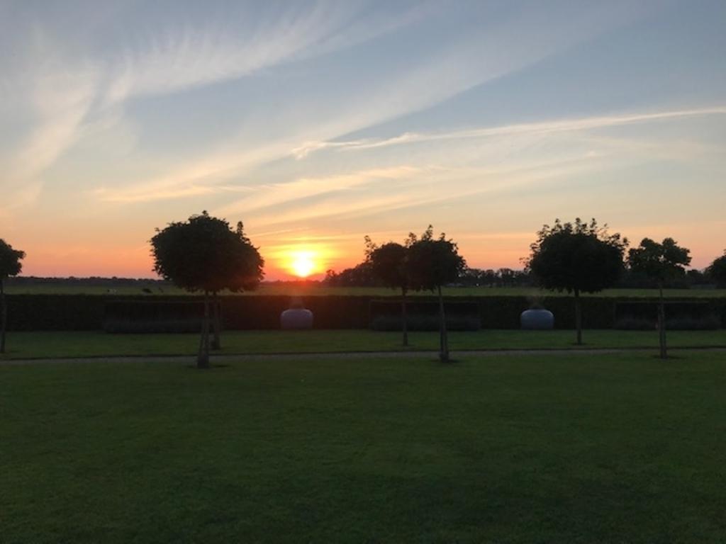 Zonsondergang: het uitzicht vanuit de achtertuin in Achterveld op 24 augustus 2021. E Vd Wetering © BDU media