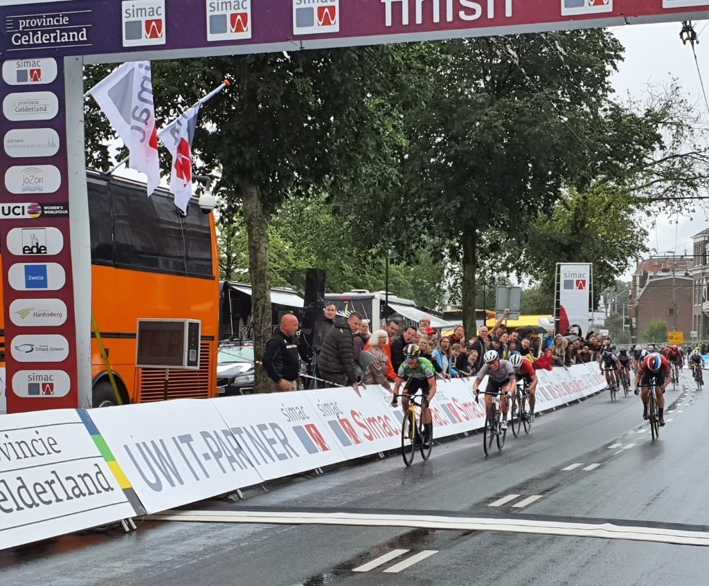 Marianne Vos (links) wint in Arnhem de slotetappe van de Simac Ladies Tour Foto: Dick Martens © BDU Media
