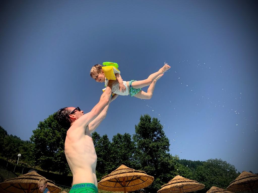 Hoera, zomervakantie en waterpret in zonnig Gluiras (Ardèche, Frankrijk) met blije papa Justin en zoon Otis. Foto gemaakt op 14 augustus 2021 door mama Sylvia. Sylvia van der Werff © BDU Media
