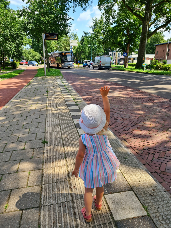 """,,Gisteren ging mijn dochter Juliëtte (2,5 jaar) voor het eerst met de bus. Eindelijk, ze wilde het al zo lang! Ik had haar uitgelegd dat ze moest zwaaien naar de bus zodat hij zou stoppen. En dat deed ze, en riep daarbij, 'ho stop bus, wacht! Ik wil meerijden!' De buschauffeuse stopte zwaaiend en met een grote glimlach: zo'n vrolijk kindje, in fleurige jurk en zomerse hoed, trappelend van de spanning, die naar je zwaait... daar stopt iedereen voor toch?"""" Eveline van den Bos © BDU"""