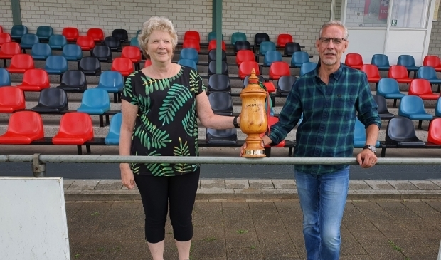 <p>Anita Jochems en Tonnie Bongers poseren met de oorspronkelijke houten Wageningen Cup.&nbsp;</p>