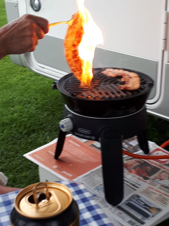 """,,Standvastig mooi weer is het deze zomer niet. Wij hadden de 2e week van augustus echter geluk in het Brabantse land. En dus ging ook de barbecue aan, tijdens het draaien van een speklap vloog deze spontaan een seconde in brand. En precies op dat moment maakte ik de foto."""" Bea Karelsen © BDU Media"""