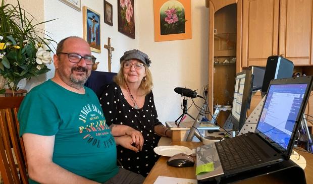 <p>Piet en Joke draaien muziek voor Radio Zilvermeeuw</p>
