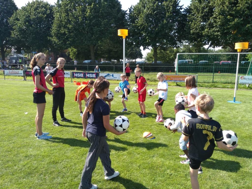 Drie vrijwilligers van Korfbalvereniging Midlandia lieten de kinderen zien hoe leuk korfbal kan zijn.   Agnes Corbeij © BDU media