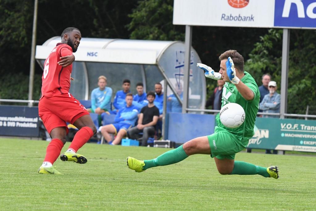 Soumaoro schiet de 0-1 onberispelijk langs Velanas Aalt Guliker © BDU Media