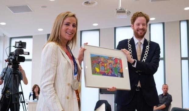 Annemiek van Vleuten ontving van burgemeester Floor Vermeulen de zeefdruk 'Wagenings DNA'. Foto: Guy Ackermans