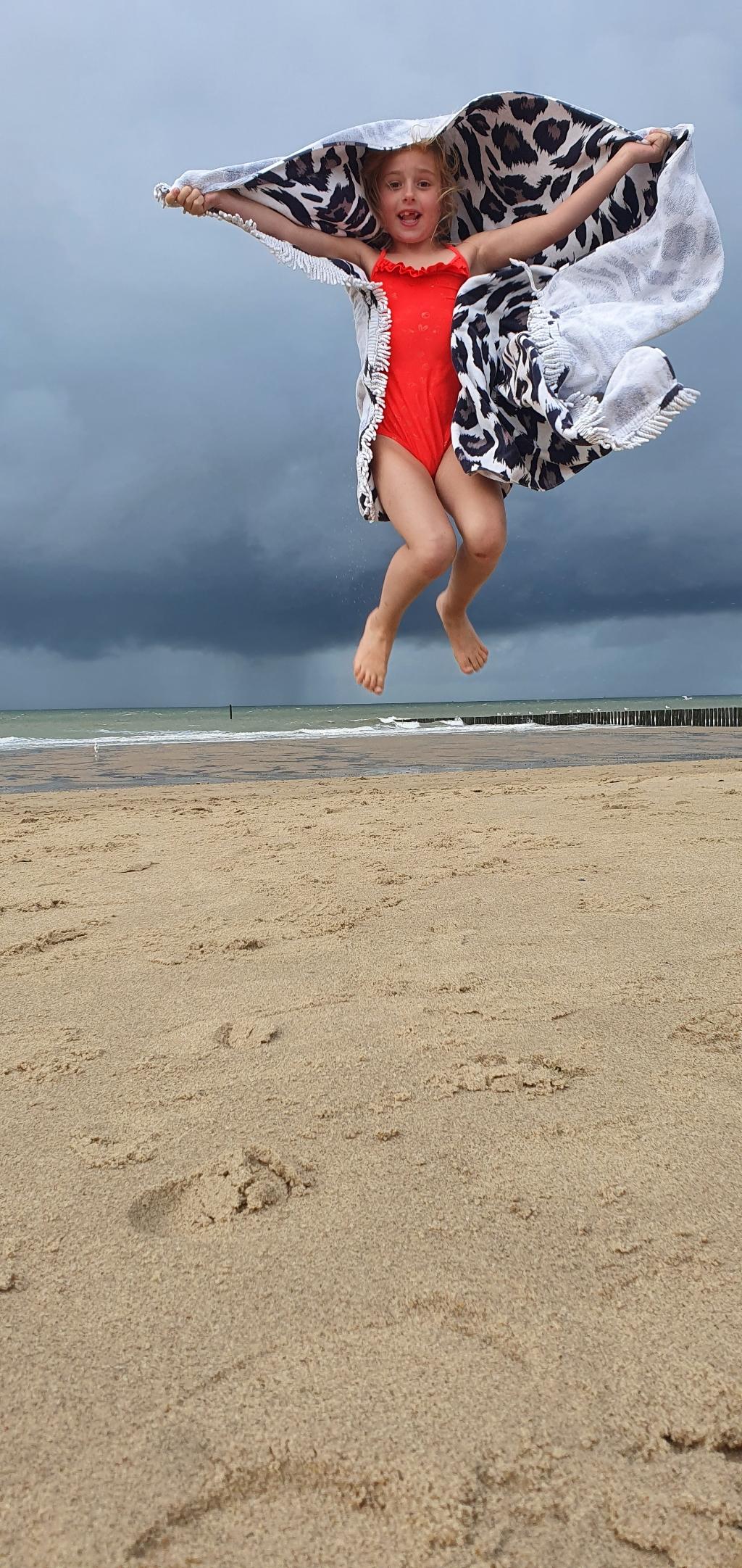 """,,Bij deze een foto van Saar Gerritsma uit Nijkerk. Ze heeft vorige week heerlijk gezwommen in Zeeland, Cadzand. Weer of geen weer, Saar wilde elke dag het water in! Deze foto is genomen net voor een zomerse bui."""" Els Gerritsma © BDU Media"""