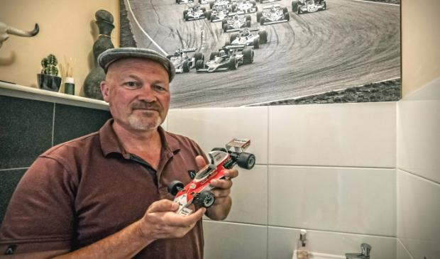 <p>In het toilet, boven het fonteintje, hangt de onuitwisbare herinnering; een foto van de start van de Grand Prix 1977. </p>