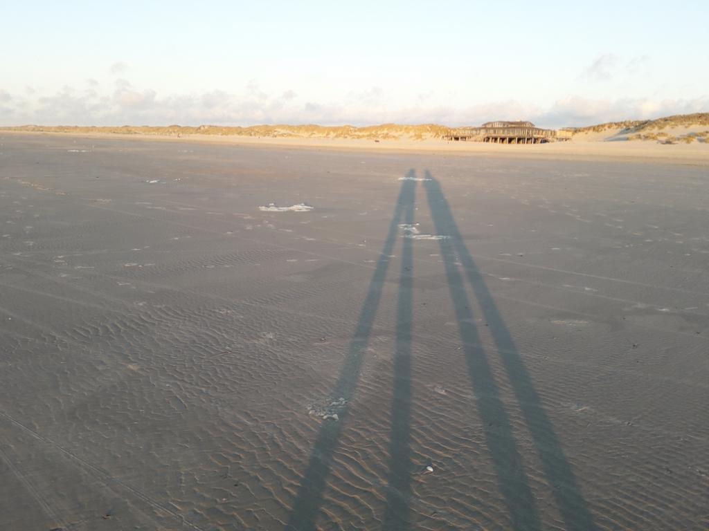 Schaduwen in de avondzon op het strand van west op Terschelling.  Ina van Essen v.d .Haspel © BDU