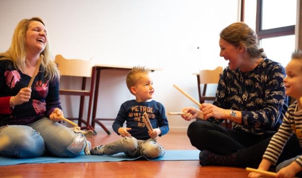 Bij Muziek op Schoot maken kinderen van 0 tot 4 jaar samen met hun (groot)ouders muziekplezier.