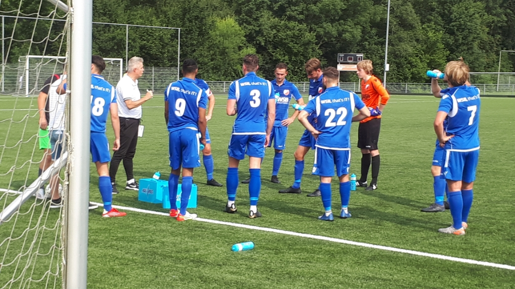 Hsrdinxveldtrainer Richard den Ouden benut drinkpauze om team te instrueren Teus Stam © BDU media