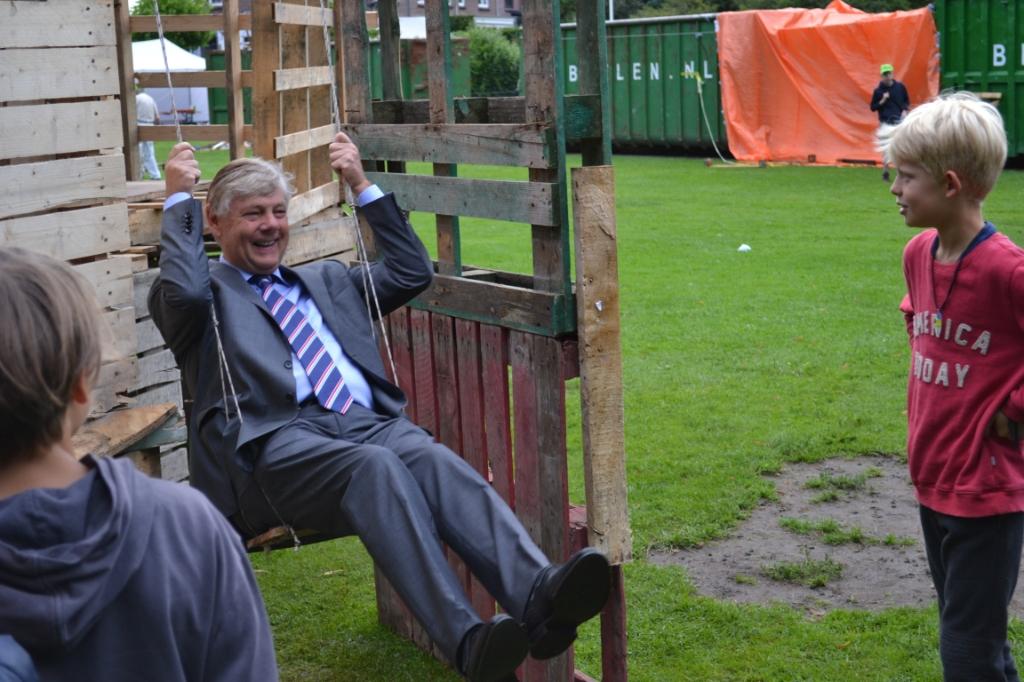 De burgemeester had zichtbaar plezier op de schommel die team 3 gemaakt had als toevoeging aan hun hut. Mariëlle Tukker © BDU Media