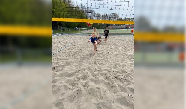 De jongste jeugd (6-12 jaar) kon beachvolleybal spelen.