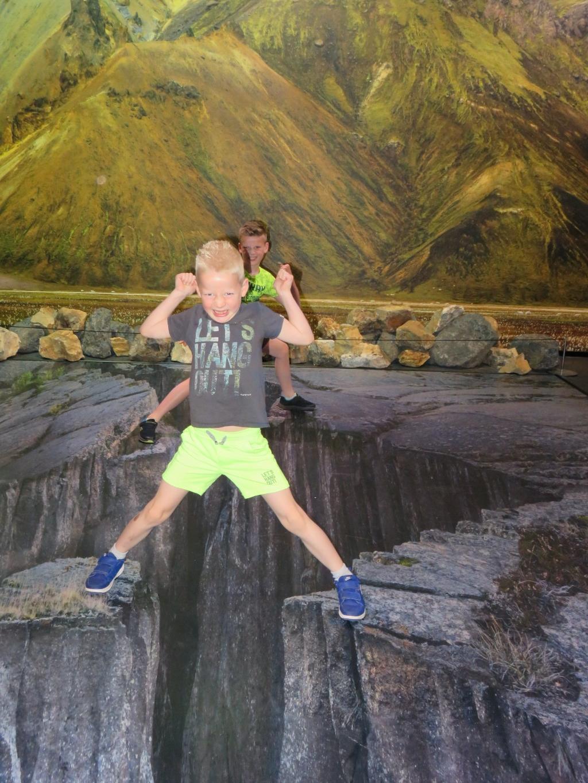Op deze foto (van 27 juli) zijn onze zoons Quinn en Daan te zien, die boven een kloof staan. De foto is gemaakt in Naturalis in Leiden. Diana van Steijn © BDU Media