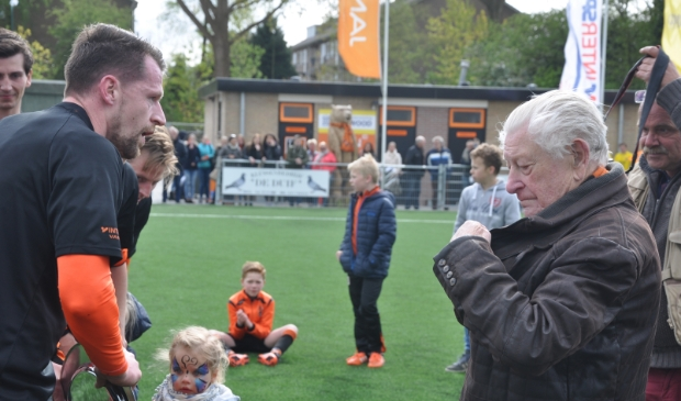 <p>Leo van Gelder reikte als erevoorzitter de kampioensschaal uit aan TOV 1 in april 2017.&nbsp;</p>