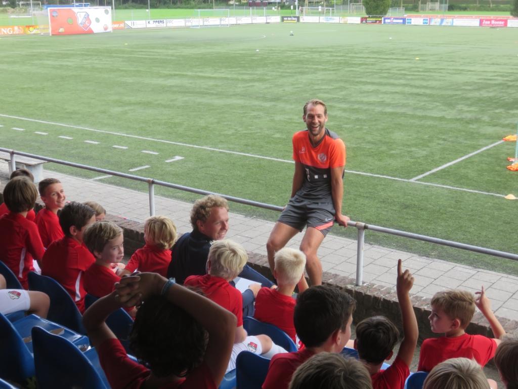 Willem Janssen beantwoordt vragen van kinderen John Beringen © BDU media