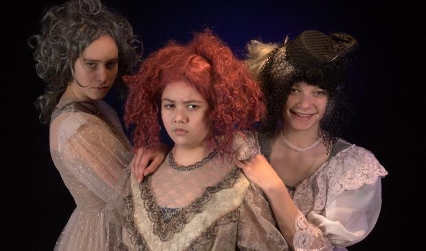 Deze kostuums uit 'Voorbij de Tolpoort' zijn op 29 augustus te koop.