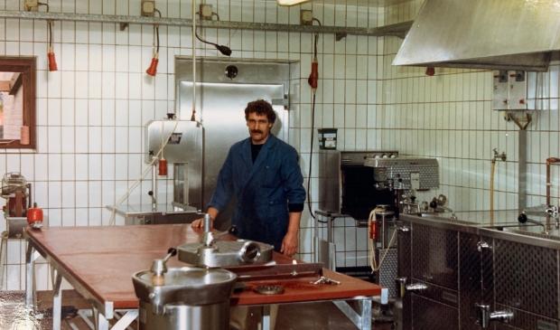Jaap Mosterd was in de jaren tachtig al werkzaam in de worstmakerij van Slagerij Tomassen. Archief Slagerij Tomassen © BDU media