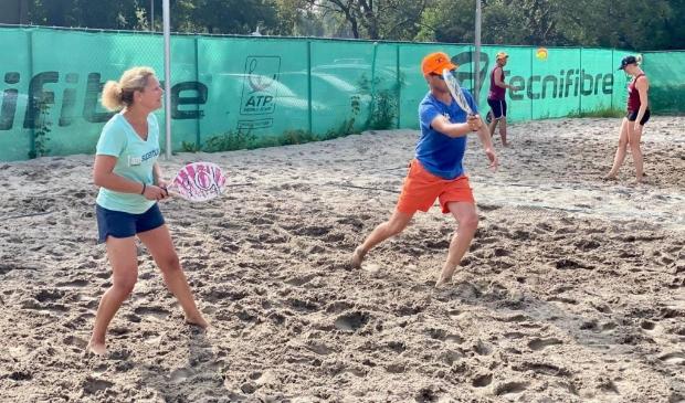 <p>Beachtennissers van TV &#39;t Stort deelden hun velden met volleyballers van AVV Keistad.</p>