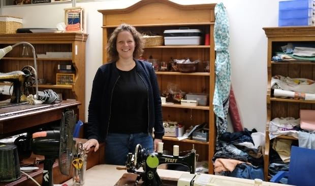 <p>Joke ter Haar in de textielwerkplaats aan de Johannes Postlaan.</p>